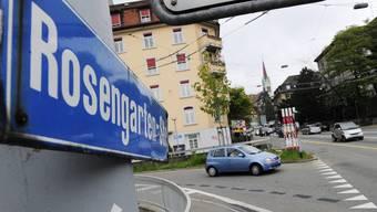 Auf der Rosengartenstrasse verkehren täglich über 50'000 Fahrzeuge. Zur Entlastung soll der Verkehr neu durch einen Tunnel geleitet und die Rosengartenstrasse zur Quartierstrasse werden. (Archivbild)