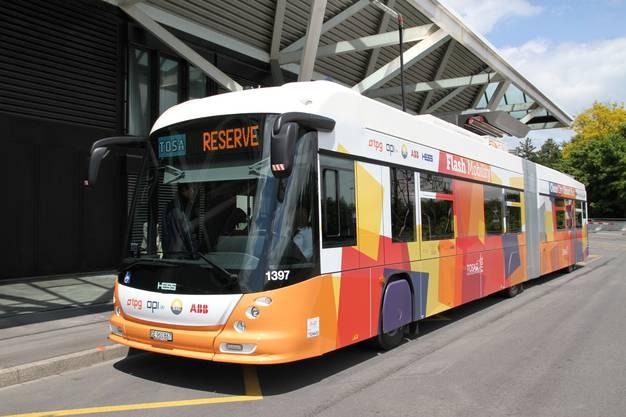 Weltneuheit in Genf: Seit Sonntag fährt in der Rhone-Stadt der erste rein elektrisch betriebene Gelenkbus für den städtischen Massentransport. ABB machte es möglich.