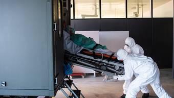 Soldaten transportieren einen Corona-Patienten ins Kantonsspital Locarno.