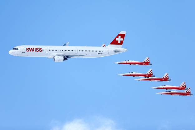 «Patrouille Suisse» und ein Airbus A320 der Swiss liefern eine Flugshow.