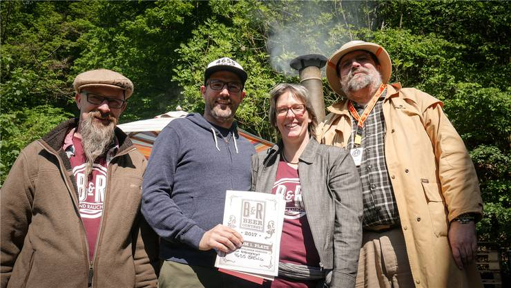 Sieger Oliver Martini von der Stüsslinger Brauerei «4655 Brew Co.» (2. von links), eingerahmt von «Schoggi» Frei und Silvia Herzog, Inhaber des B&R Shops; rechts Head Judge Laurent Mousson.