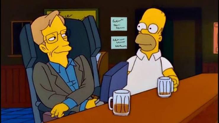 «Ich finde ihre Theorie eines donutförmigen Universums sehr interessant», sagt Hawking zu Homer Simp-son beim gemeinsamen Bier. Der Physiker war ein grosser Fan der Trickfilmserie. Er trat ab 1999 in mehreren Folgen auf und sprach all seine Dialoge selber.