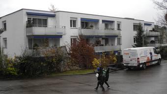 Der Wohnblock an der Poststrasse im Zentrum von Geroldswil wird von der Reformierten Kirchgemeinde Weiningen für 3,79 Millionen Franken verkauft