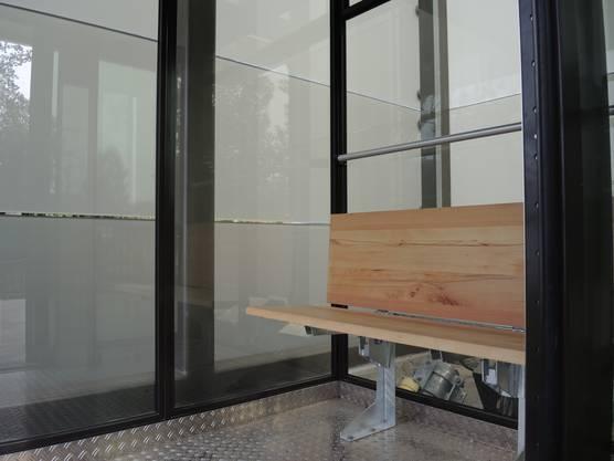 Auf dem Holzbänkli im Lift lässt sich die Aussicht über die Limmat geniessen.