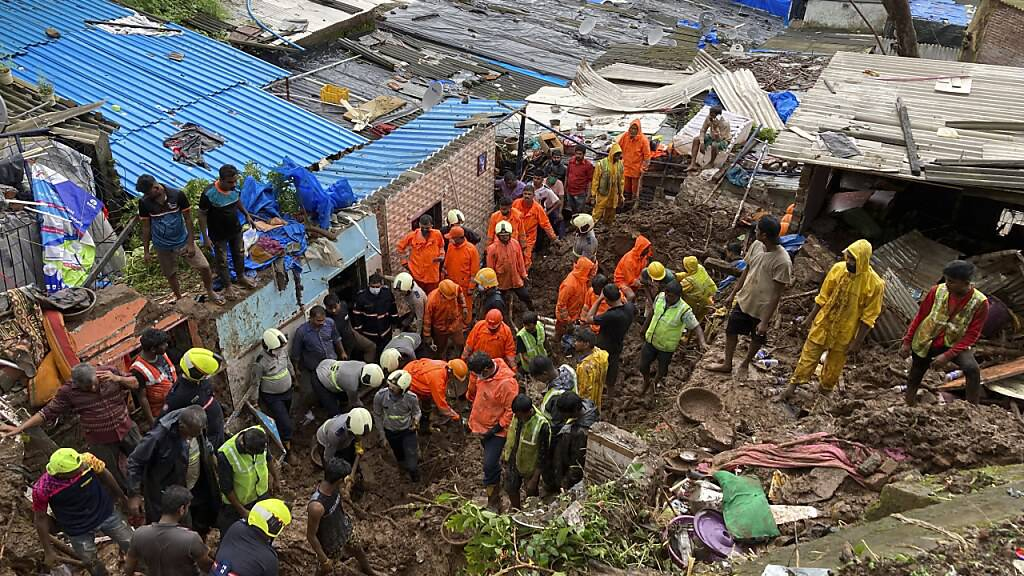 Rettungskräfte sind nach dem Einsturz mehrerer Häuser im Einsatz. Foto: Rajanish Kakade/AP/dpa
