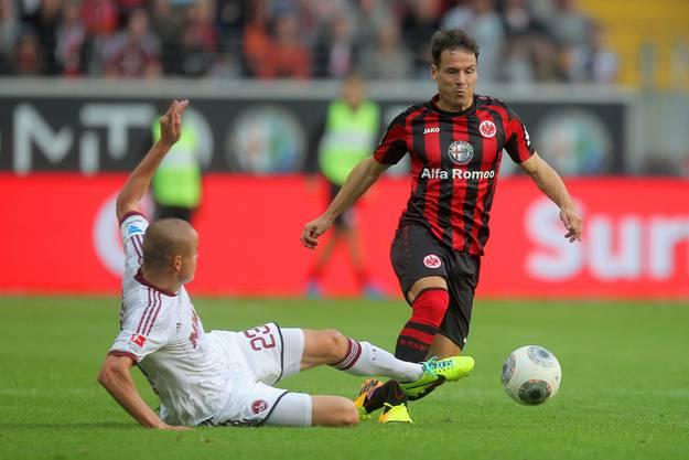 Frankfurt's Stefano Celozzi umdribbelt Nürnbergs Adam Hlousek. Die Partie endete 1:1.