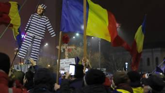 Demonstranten in Bukarest tragen ein Konterfei des umstrittenen Chefs der regierenden Sozialdemokraten (PSD), Liviu Dragnea, der wegen Amtsmissbrauchs vor Gericht steht.
