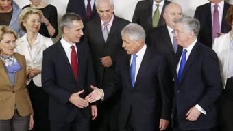 Die Verteidigungsminister versammeln sich für ein NATO-Gruppenfoto