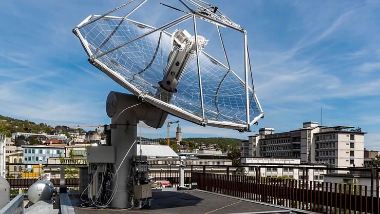Letzte Woche hat die ETH ihre solare Mini-Raffinerie vorgestellt, welche aus Sonnenlicht und Luft CO2-neutral synthetische flüssige Treibstoffe produziert.