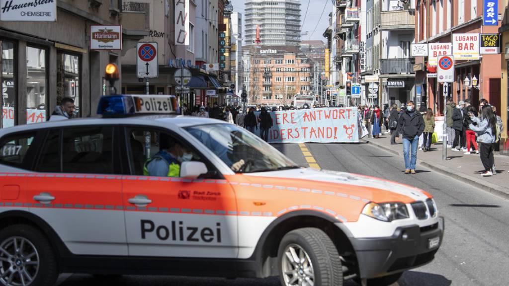 Ein Protestzug des feministischen Streikkollektivs Zürich zog am Samstag durch den Kreis 4.