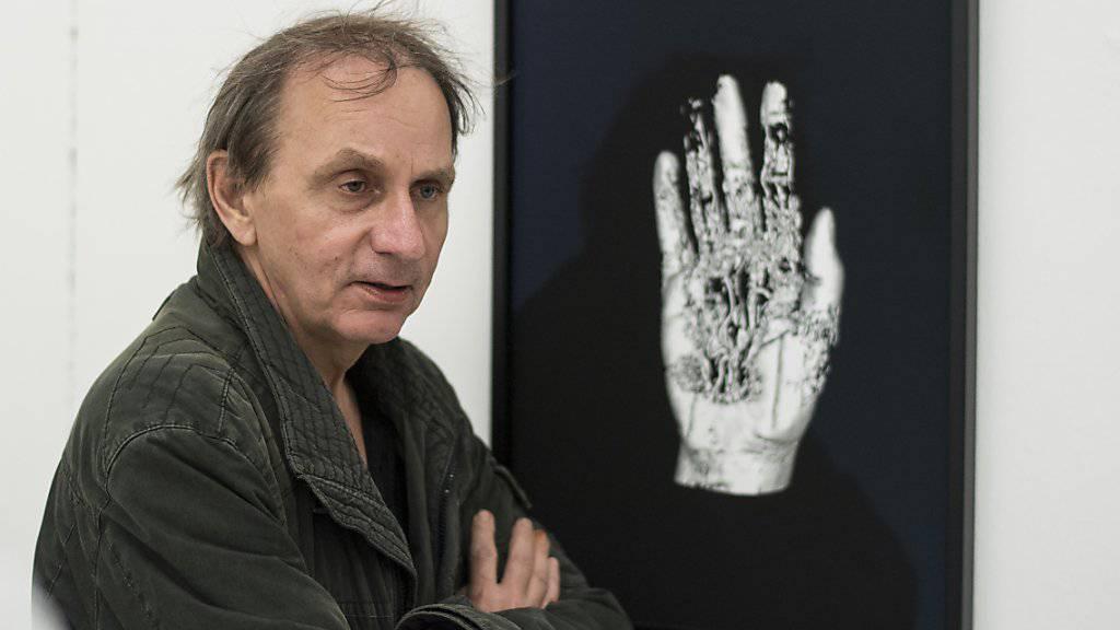 Michel Houellebecq - hier mit seinem Werk «Matière from the series Michel Houellebecq OK?» auf der Manifesta 11 in Zürich - stellt zur Zeit auch im Palais de Tokyop in Paris aus. (Archivbild 10.6.)