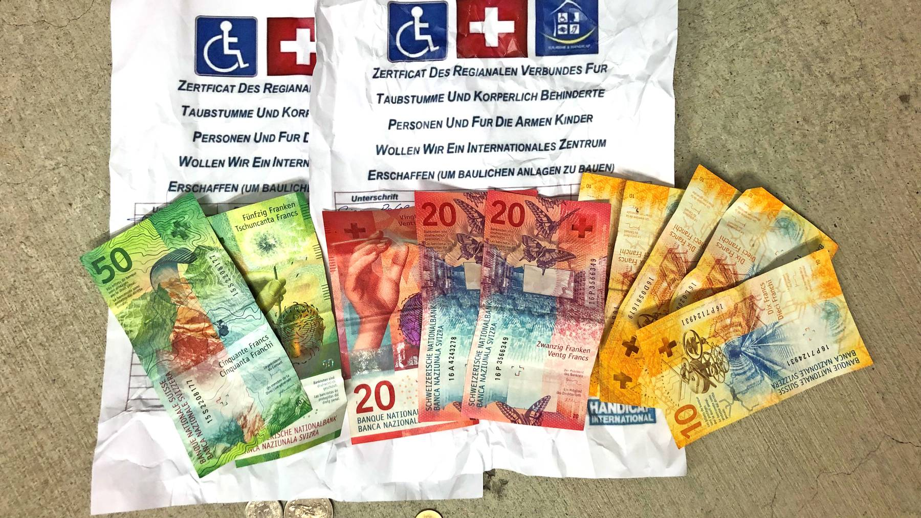Die beiden Rumänen hatten Spendenformulare und erbetteltes Bargeld im Auto versteckt.