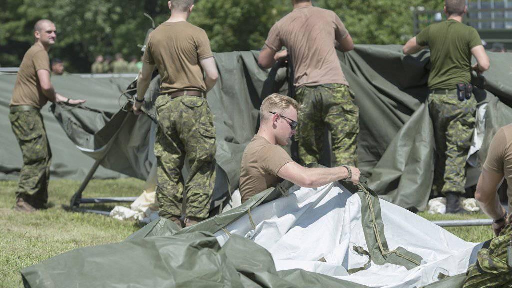 Armeeangehörige aus Kanada stellen bei Québec nahe der Grenze zu den USA Zelte für Flüchtlinge auf.