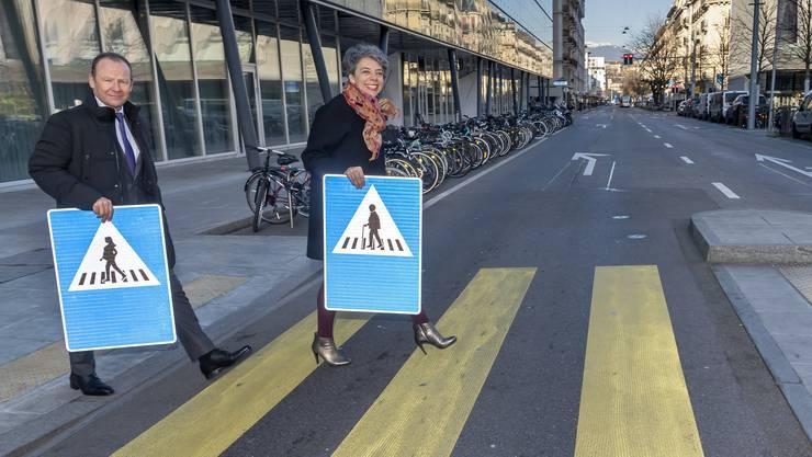 Feminisierte Verkehrstafeln: Die Genfer Stadtpräsidentin Sandrine Salerno, begleitet von Regierungsrat Serge Dal Busco.