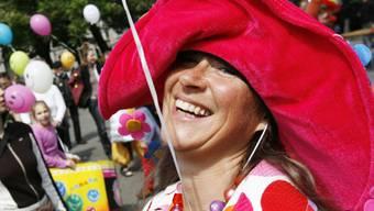 Die Schweizer haben im internationalen Vergleich mehr Grund zum Lachen als andere, wie eine Studie zeigt. Nicht nur im Rahmen der Zürcher Lachparade im Jahr 2007. (Archiv)