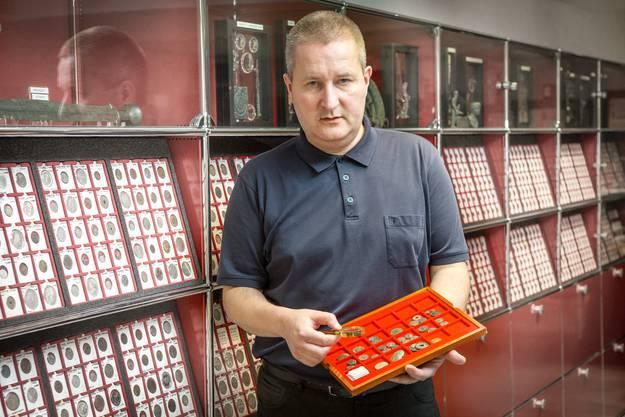 Patrick Huber in seinem Geschäft Münzen Huber an der Vorderen Vorstadt 9 in Aarau.
