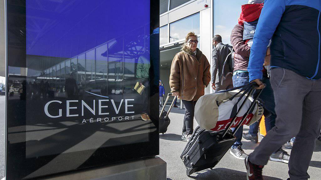 Computer und Flüssigkeiten dürfen im Handgepäck bleiben: Am Flughafen Genf ist ein weltweit neuartiger Gepäckscanner in Betrieb genommen worden. (Symbolbild)
