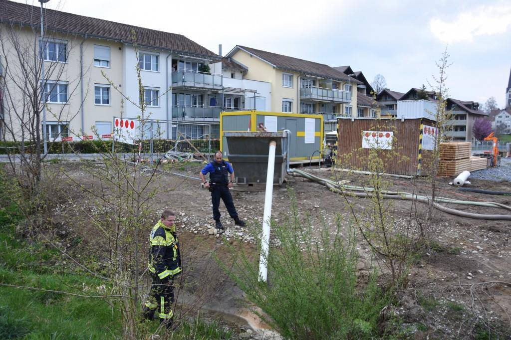 Von dieser Baustelle in Abtwil ist Schmutzwasser in den Bach gelangt, die Feuerwehr pumpte das Wasser ab. (© Kapo SG/FM1Today)