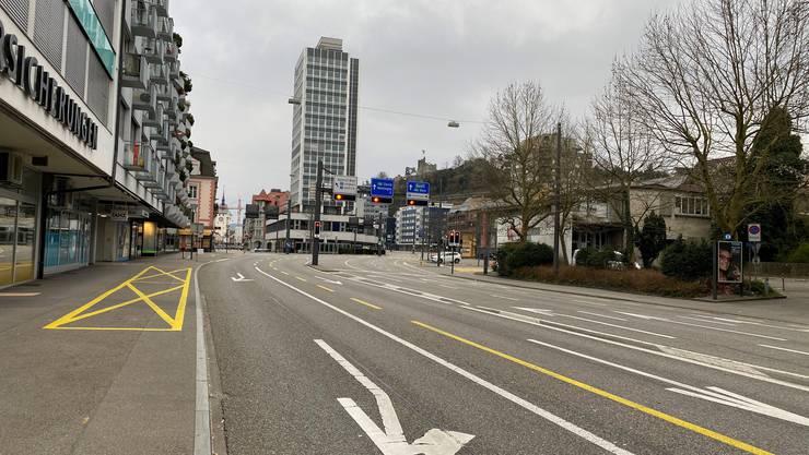 Die Bruggerstrasse in Baden: Sonntag, 8.30 Uhr: Kein Auto fährt auf einer der sonst meistbefahrenen Strassen im Kanton Aargau.