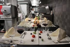 Im Restaurant «Volkshaus» in Bern zahlt der Gast für das Menü am Küchentisch 88 Franken. Geschätzt wird das Angebot vor allem von Gruppen, die einen Polterabend feiern, oder für ein Treffen von Freunden und Familien. «Unsere Gäste buchen den Küchentisch, weil sie das Essen und den Restaurant-Besuch einmal aus einer anderen Perspektive sehen und hinter die Kulissen blicken wollen. Sie können zudem Fragen stellen oder selbst den Kochlöffel schwingen», sagt Claudia Mende, Marketingverantwortliche vom «Volkshaus». Wegen Corona ist das Angebot derzeit jedoch sistiert.