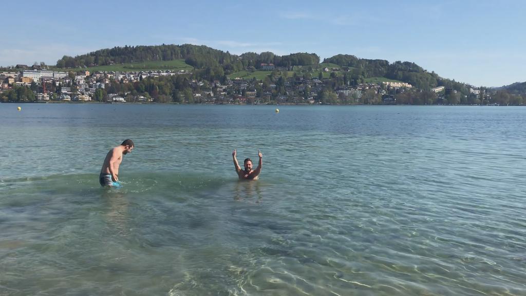 Hallo Sommer: Wir testen die Wassertemperatur