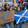 Schottland soll von London getrennte und eigene Wege gehen - dafür sind in der Hauptstadt Edinburgh Zehntausende auf die Strasse gegangen. In Umfragen ist derzeit sowieso die Mehrheit für eine Abspaltung vom Vereinigten Königreich - nach 212 Jahren (1707 hatte man sich mit England vereinigt).