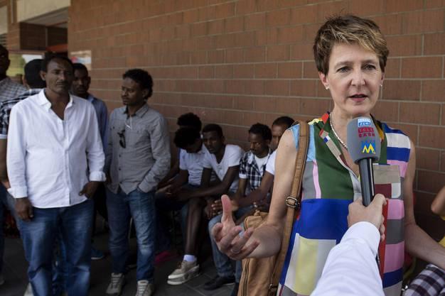 Bundespräsidentin Simonetta Sommaruga spricht mit Journalisten.