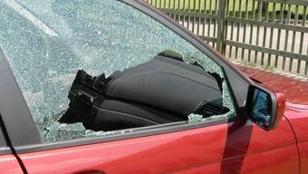 Die jungen Männer hatten mehrere Fahrzeuge beschädigt (Symbolbild)