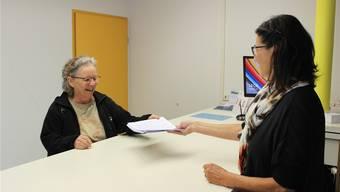 Die 70-jährige Romi de Ambrosis (l.) übergibt die Unterschriften an Gemeindeschreiberin Margrit Stüssi. Bild: Nadja Rohner