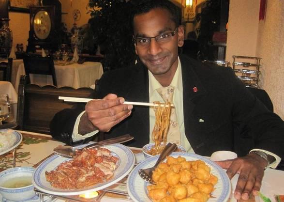 Naveen Hostetter zeigt sich auf Facebook in einem asiatischen Restaurant.