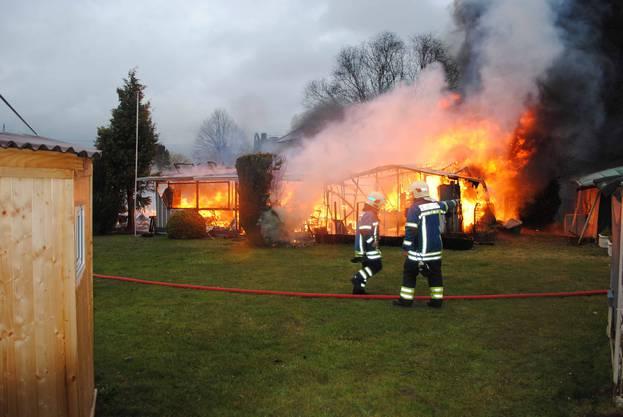 Die Feuerwehr Grenchen und ein Löschzug der Feuerwehr Staad konnten verhindern, dass das Feuer auf umliegende Gebäude in Brand gerieten.