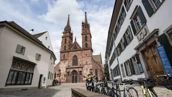 Die römisch-katholische Kirche, das Domkapitel und die evangelische-reformierte Kirche stellten         Besitzansprüche an das Basler Münster. Die städtische Obrigkeit war stets gebeten, den teuren Unterhalt mit zu bestreiten.