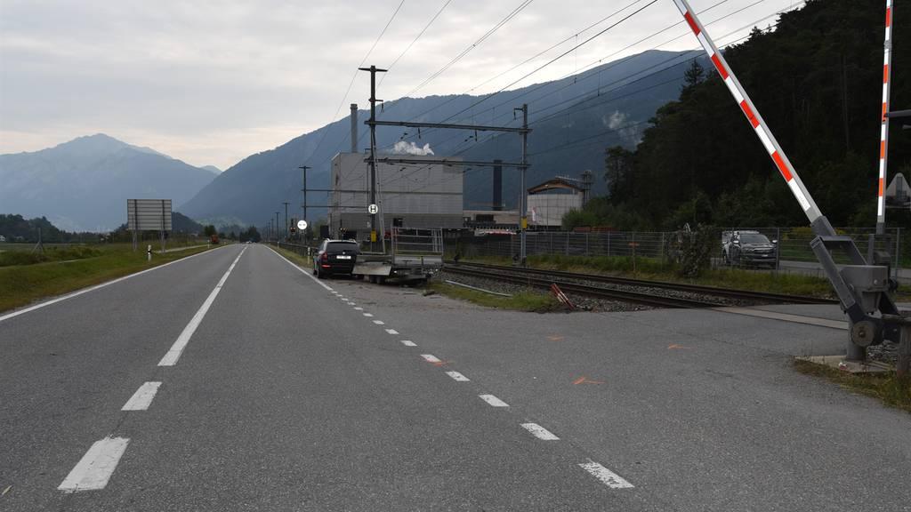 Zug prallt auf Bahnübergang in Anhänger