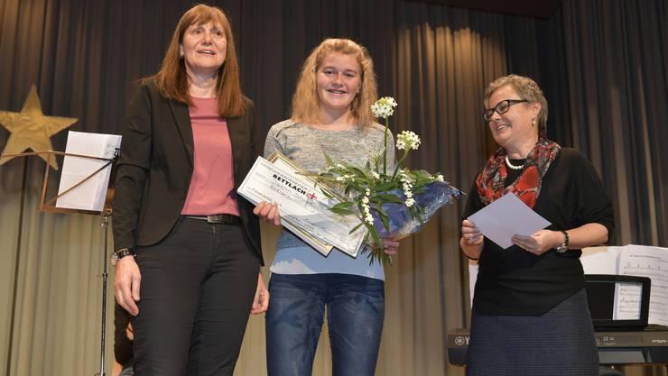 Förderpreis der Gemeinde Bettlach für Beachvolleyballerin Jasmin Schwab, links Franziska Leimer, Präsidentin Jugend- und Kulturkommission, rechts Gemeindepräsidentin Barbara Leibundgut.