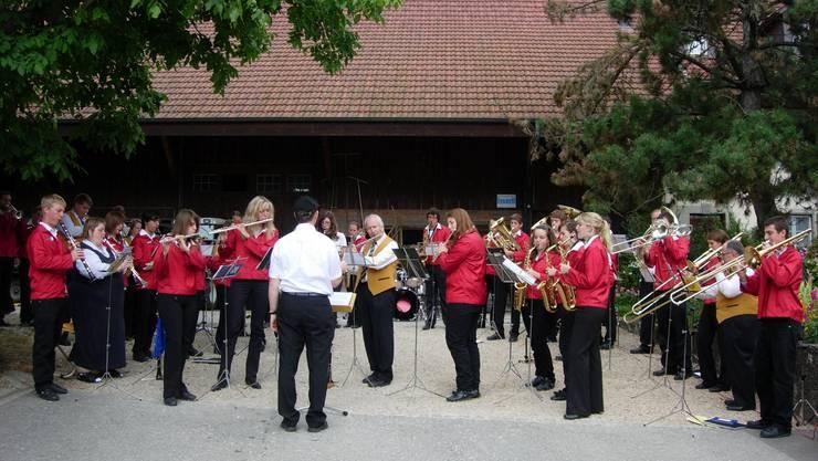 Das Jugendspiel Schenkenbergertal und der Musikverein Winterthur-Veltheim. (Bild: Bettina Baumgartner)