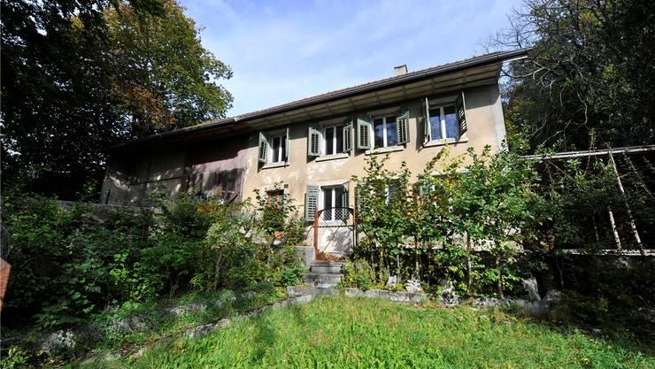 Das kleine Bauernhaus an der Allmendstrasse steht seit fast einem Jahr leer, der Garten ist verwildert. om