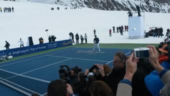 Roger Federer spielt gegen Lindsey Vonn - auf dem Aletschgletscher.