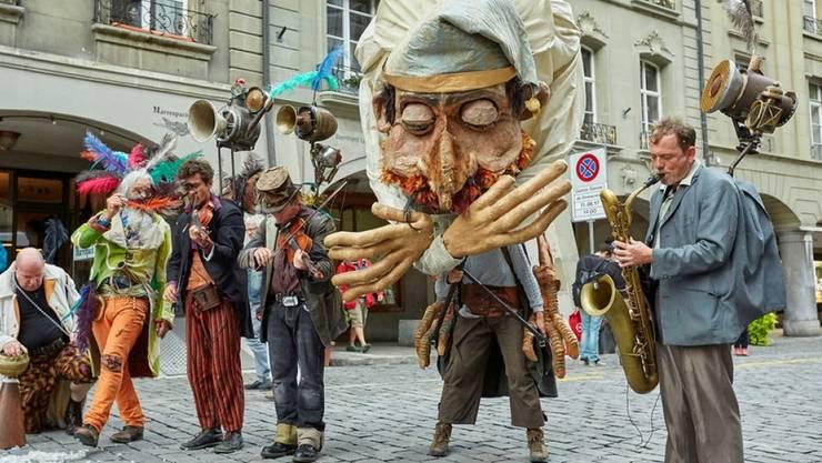 Das Buskers Bern bot auch heuer weit mehr als bloss Strassenmusik. Hier zum Beispiel der Riesenvogelmensch der der Formation Demain on change tout.