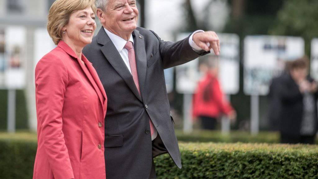 Daniela Schadt (l) möchte dereinst wieder als Journalistin arbeiten, ohne ständig mit Joachim Gauck (r) in Verbindung gebracht zu werden (Archiv)