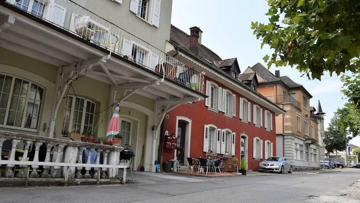 Die Liegenschaften (von vorne) «Alte Schmitte», «Müller-Haus» und «Kupper-Haus» befinden sich an der Schulthess-Allee.