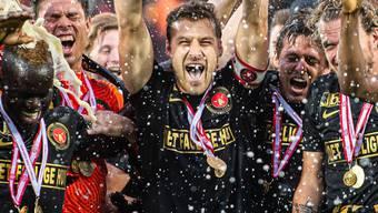 Captain Erik Sviatschenko stemmt für den FC Midtjylland die Meistertrophäe in die Höhe.
