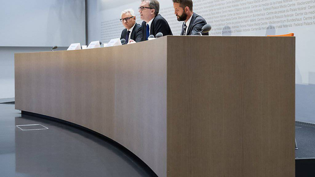 Die Wettbewerbskommission hat weitere Banken wegen der Manipulation der Referenzzinssätze gebüsst - im Bild die Weko-Leitung an der diesjährigen Jahresmedienkonferenz. (Archivbild)