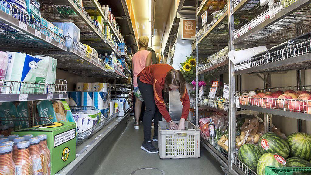 Dank der besseren Beschäftigungslage steigen die Ausgaben der Konsumenten, was die Wirtschaftsentwicklung vorantreibt (Symbolbild).