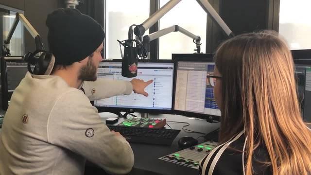 Maximilian Baumann erklärt YouNews-Praktikantin Leara Meier den Radioalltag