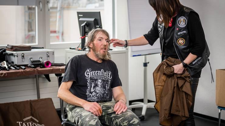 Im Rahmen von «Barber Angels» werden Armutsbetroffenen im Kanton Solothurn die Haare geschnitten.