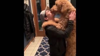 Rückkehr in die Heimat: Bryce Gervais knutscht mit Hund Loki