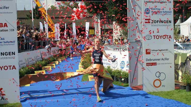 Die Britin Emma Pooley läuft mit neuem Streckenrekord durch das Ziel.