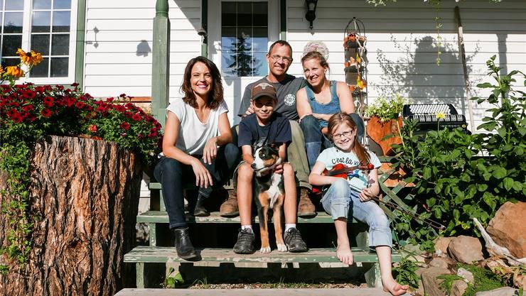 Mona Vetsch (l.) als Gast: Die Familie Fischer aus Staufen sitzt vor ihrem neuen Heim in British Columbia in Kanada.