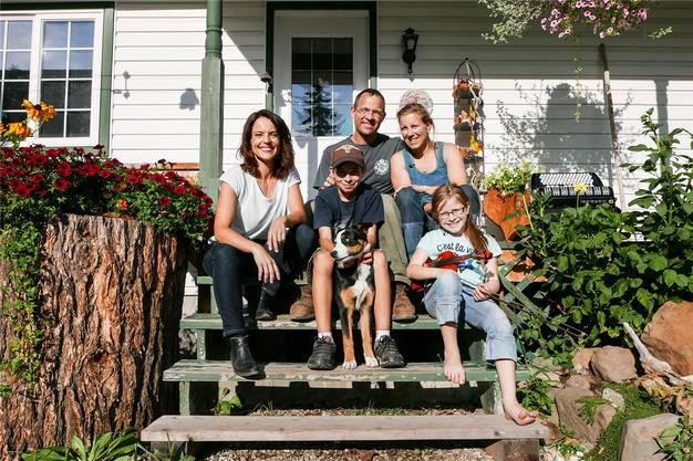 Mona Vetsch (l.) als Gast: Die Familie Fischer aus Staufen sitzt vor ihrem neuen Heim in British Columbia in Kanada. Srf