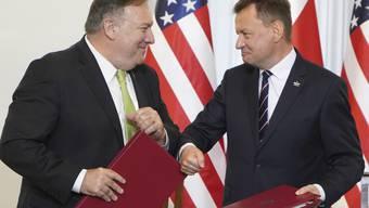 dpatopbilder - Mariusz Blaszczak (r), Verteidigungsminister von Polen, und Mike Pompeo, Außenminister der USA, nach der Unterzeichnung des Vertrags über die Stationierung von weiteren 1000 US-Soldaten in Polen. Foto: Janek Skarzynski/AFP Pool/AP/dpa
